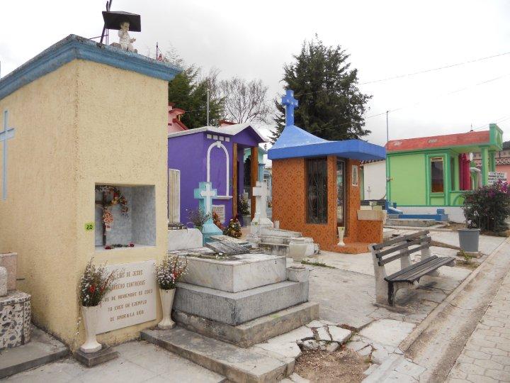 Bunte Familiengräber auf einem Friedhof im Bundesstaat Chiapas