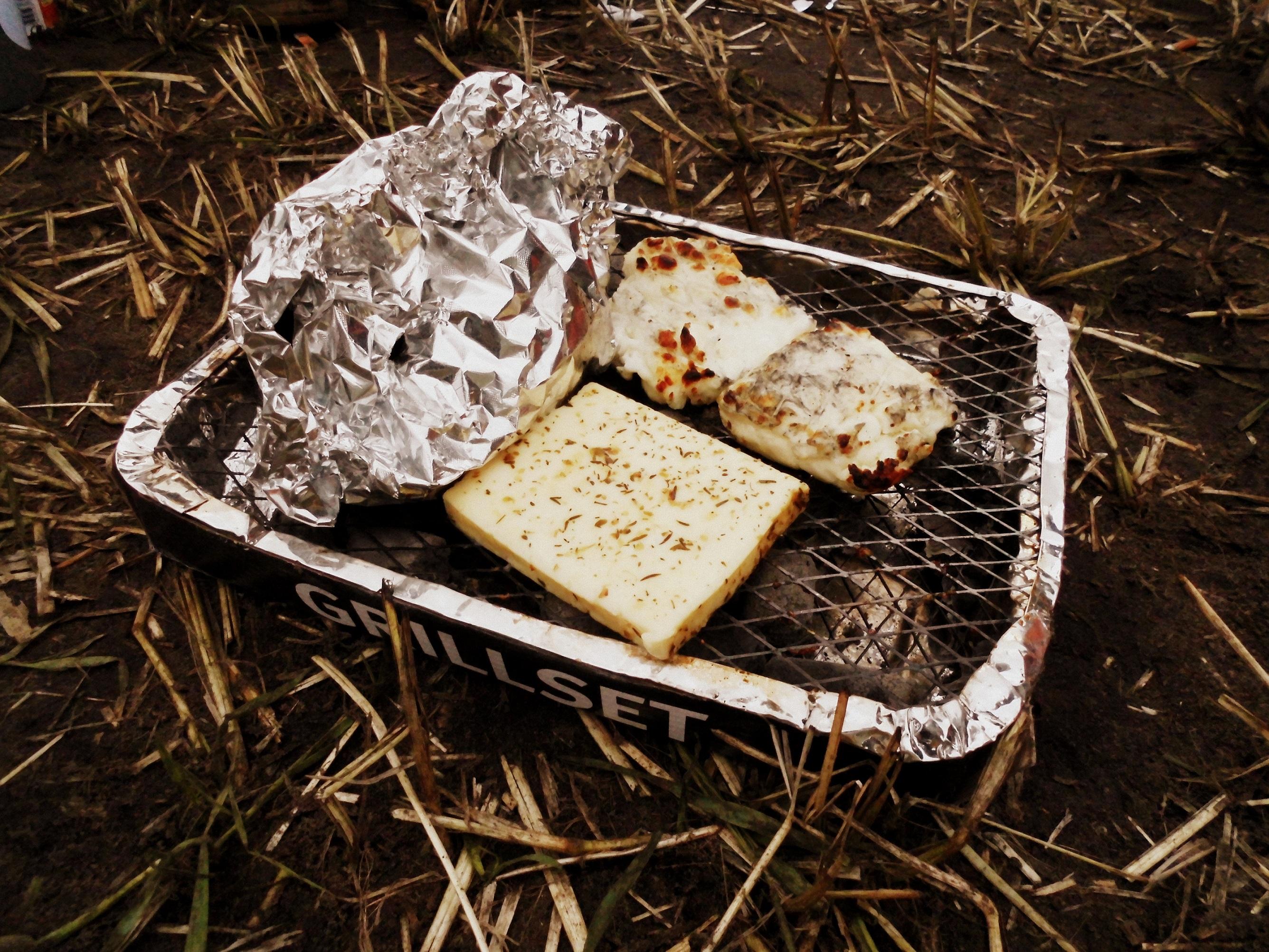 Frühstück auf dem Zeltplatz: Grillgemüse und Grillkäse
