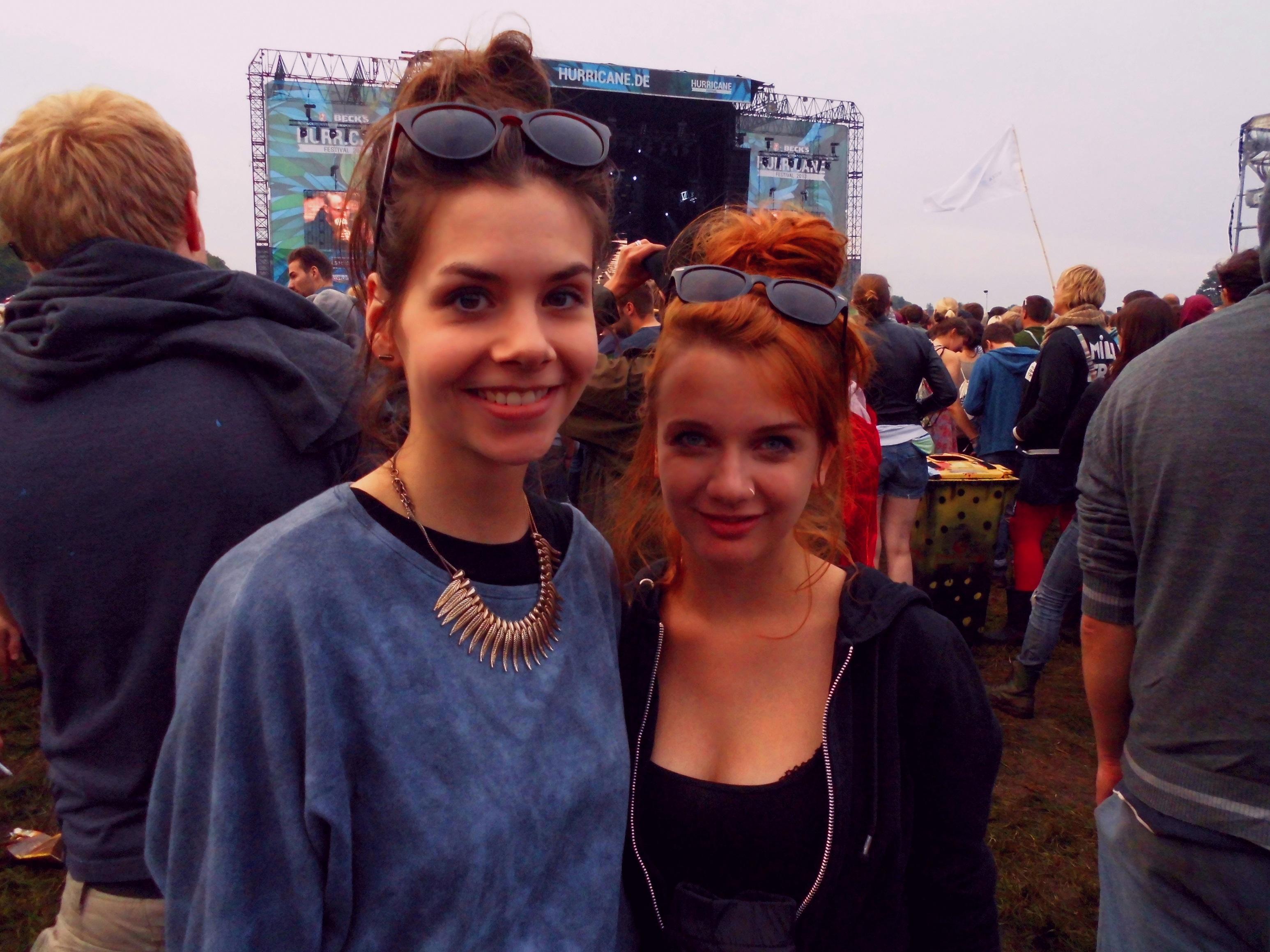 Praktische Festivalfrisur: lockerer Dutt und Sonnenbrille drüber