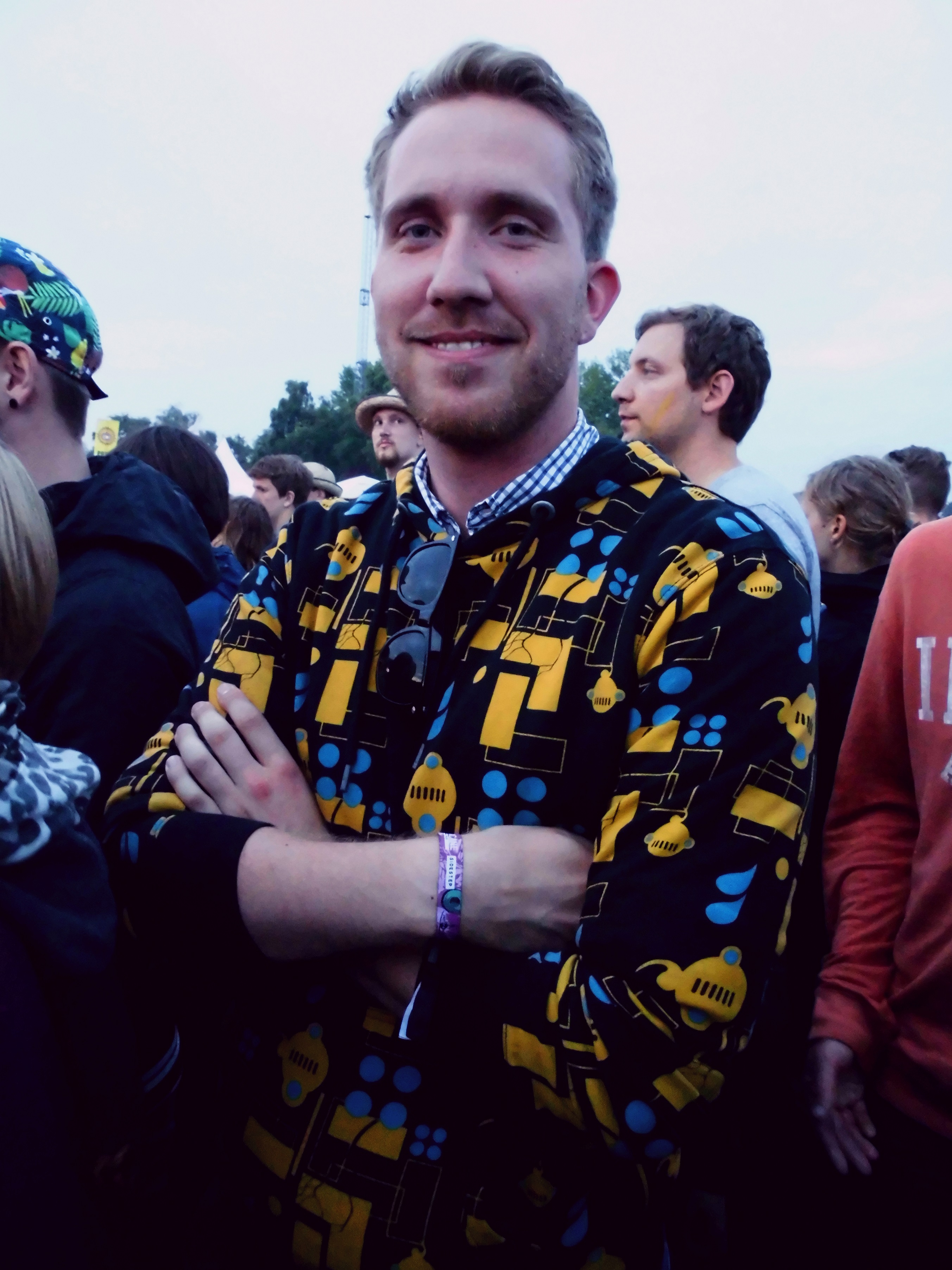 Hipper Pulli über dem Hemd: cool und stylish