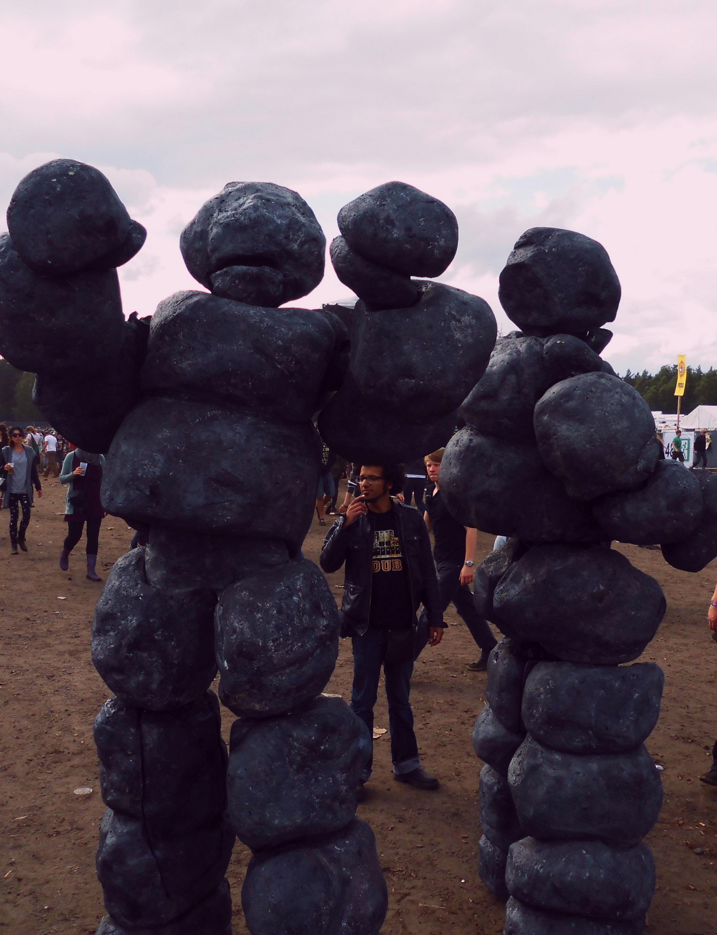 Skurrile Steinmenschen auf dem Festivalgelände
