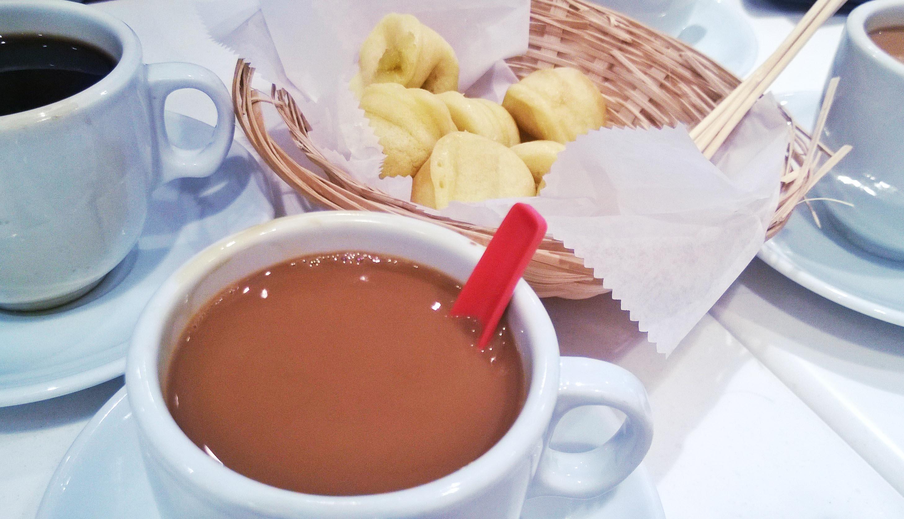 Typisch Singapur: Kopi (sehr konzentrierter Kaffee) und Teigwaren mit Kaya, einer Kokosnuss-Ei-Paste
