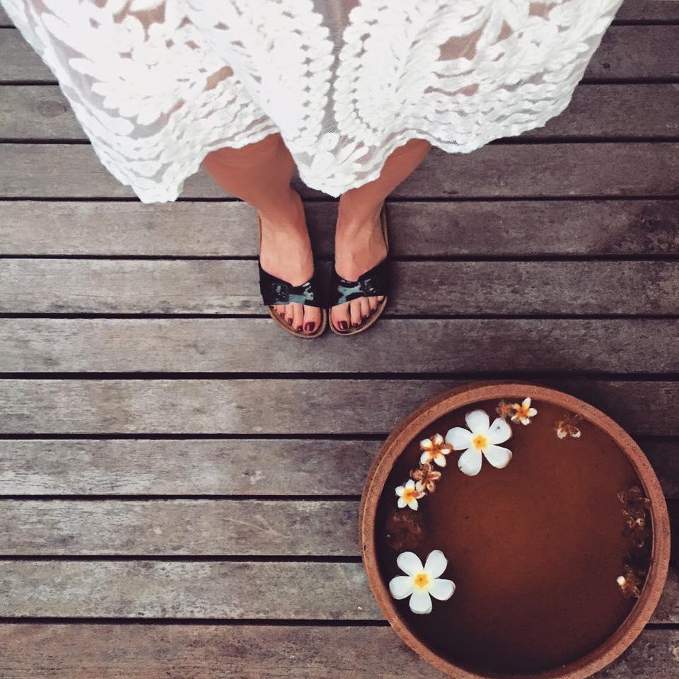 Urlaubszutaten: Blumen, Spitze und natürlich die Birkenstocks