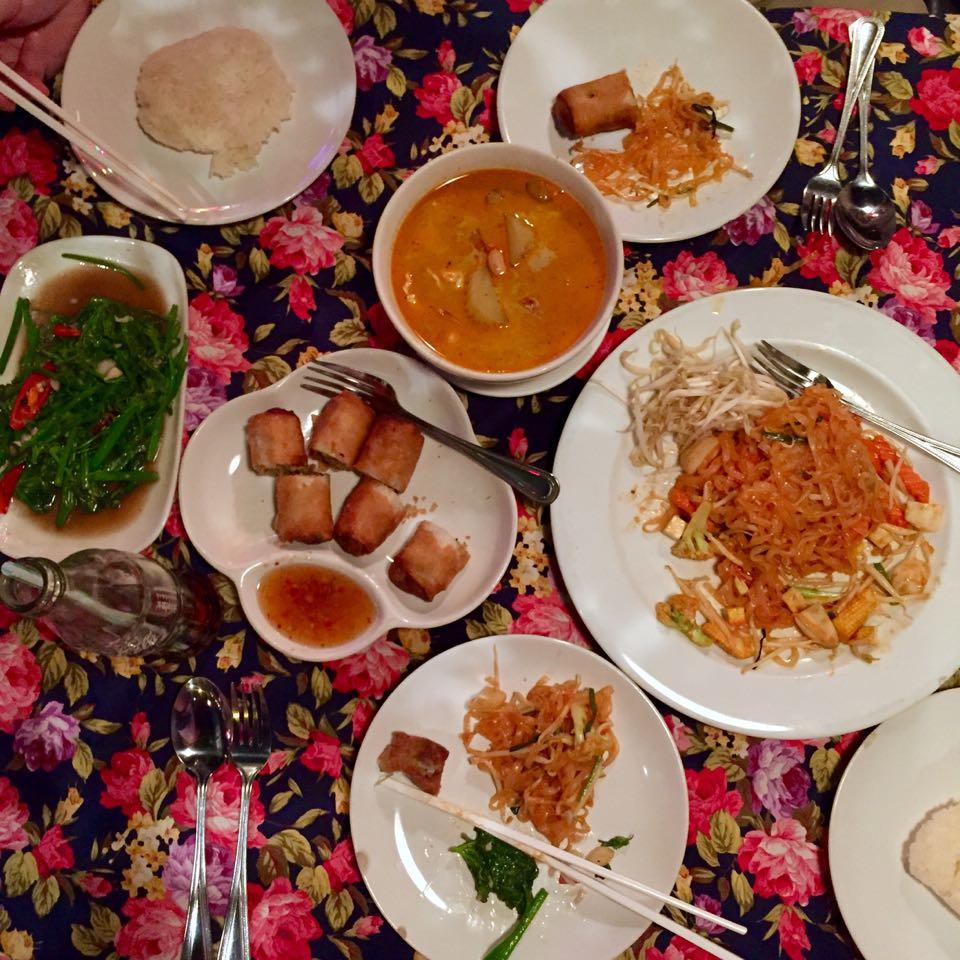 Unbedingt probieren: Phat Thai (traditionelles Nudelgericht), Tom Kha Gai-Suppe und Sticky Rice