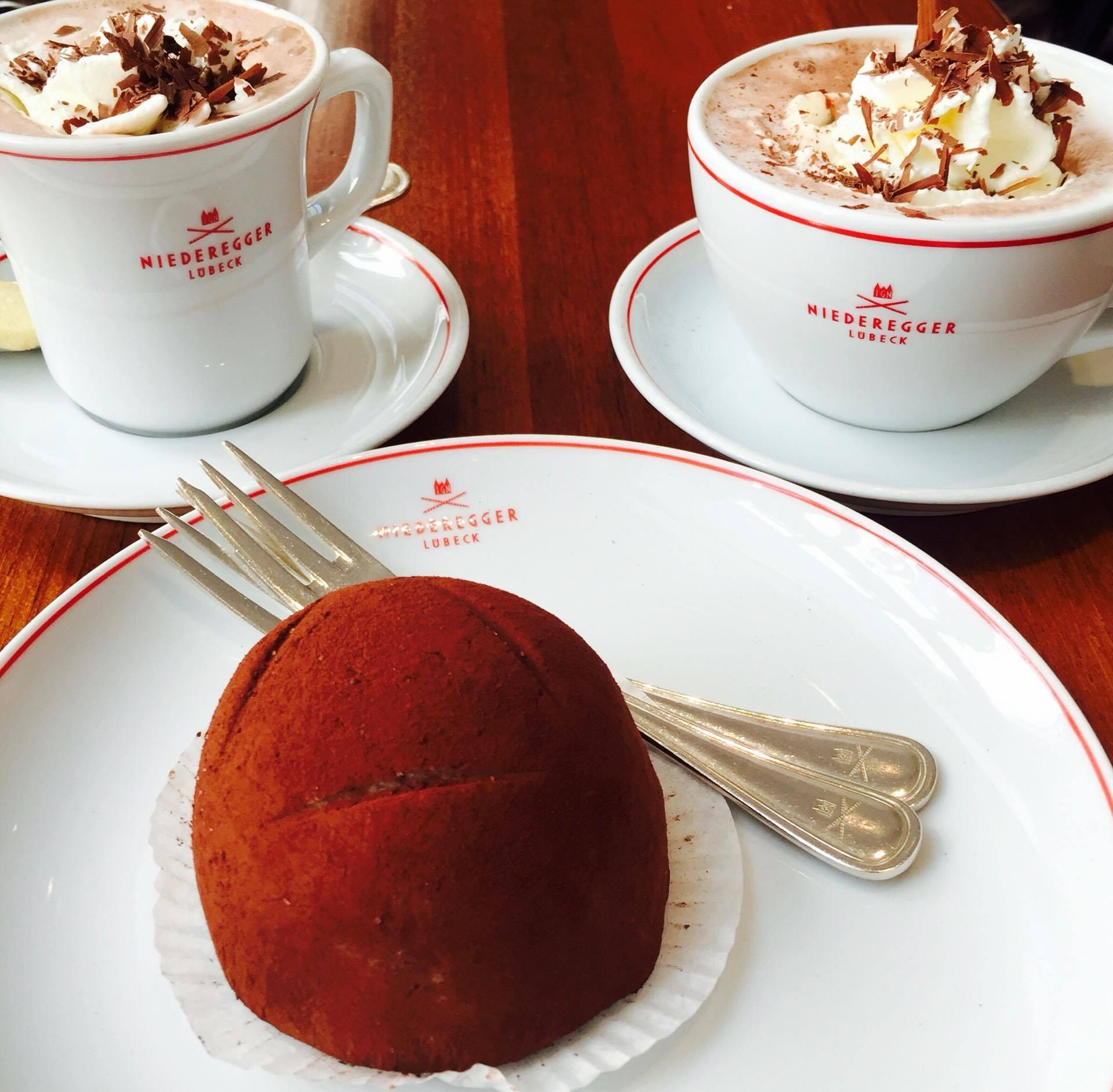 Unbedingt im Café Niederegger vorbeischauen und das berühme Marzipan probieren